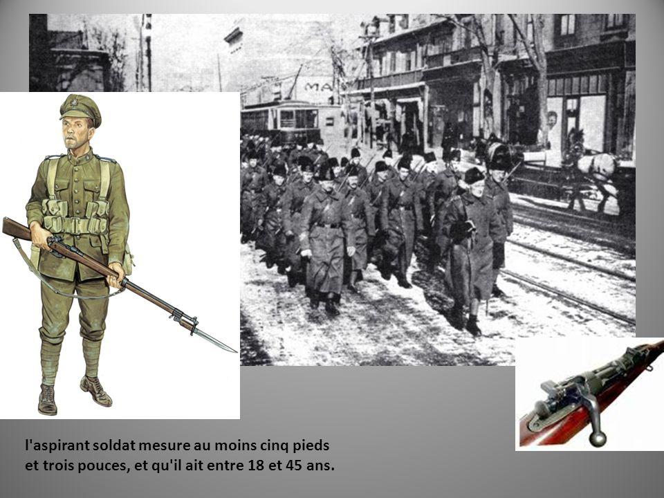 «Back by Christmas!» l'aspirant soldat mesure au moins cinq pieds et trois pouces, et qu'il ait entre 18 et 45 ans.
