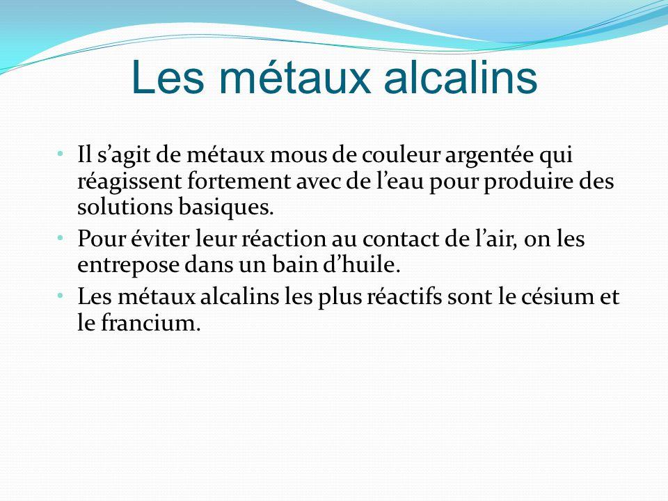 Les métaux alcalins Il sagit de métaux mous de couleur argentée qui réagissent fortement avec de leau pour produire des solutions basiques.