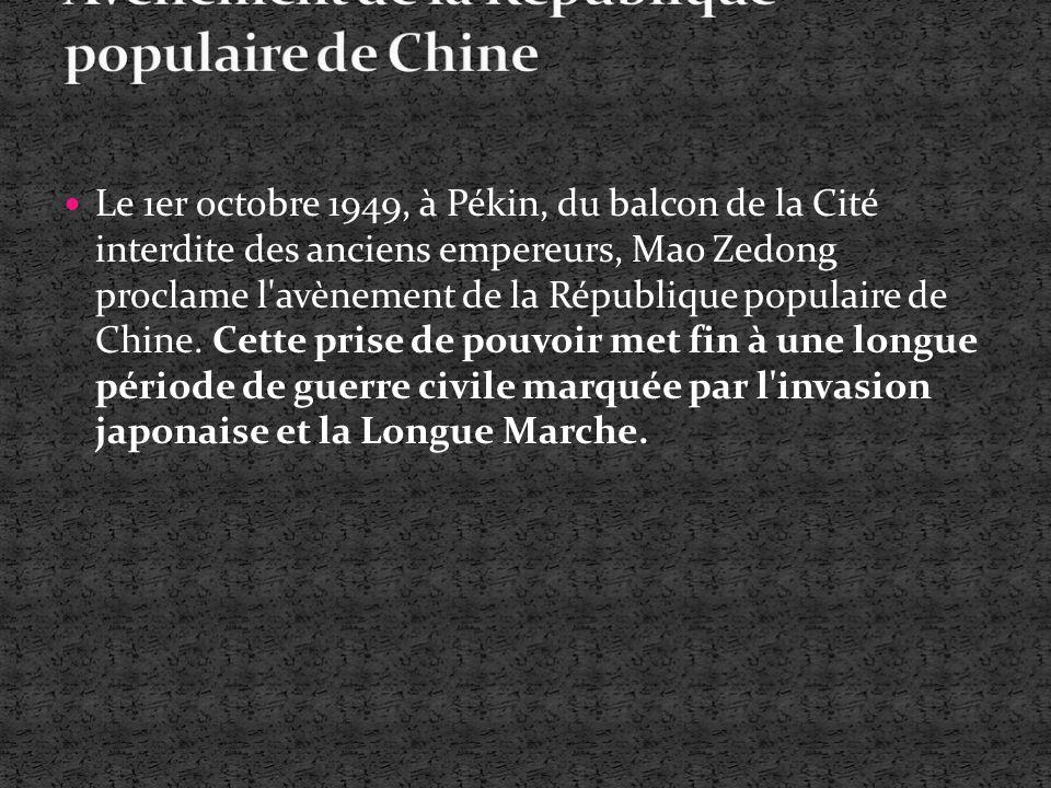 Le 1er octobre 1949, à Pékin, du balcon de la Cité interdite des anciens empereurs, Mao Zedong proclame l'avènement de la République populaire de Chin