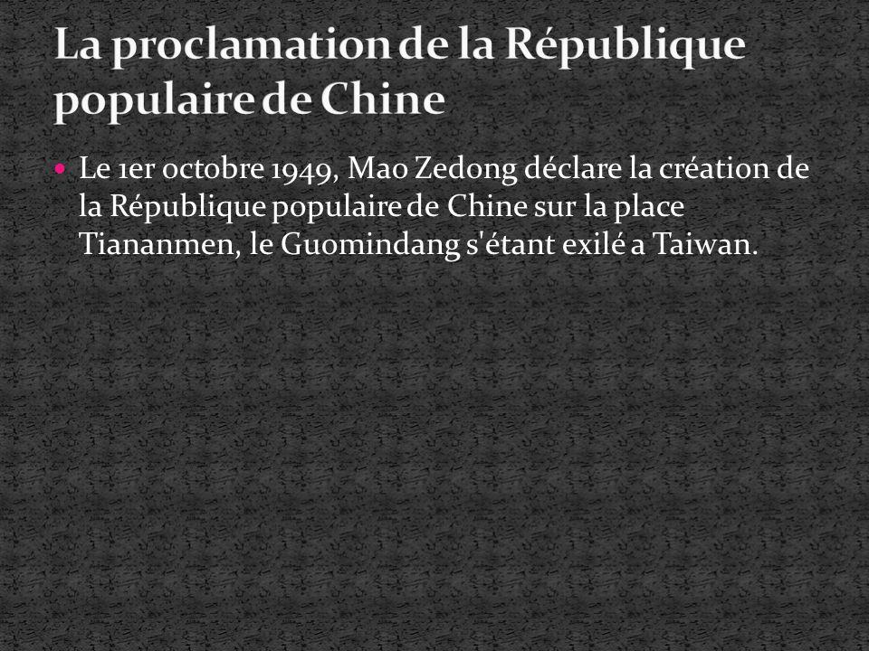 Le 1er octobre 1949, Mao Zedong déclare la création de la République populaire de Chine sur la place Tiananmen, le Guomindang s'étant exilé a Taiwan.