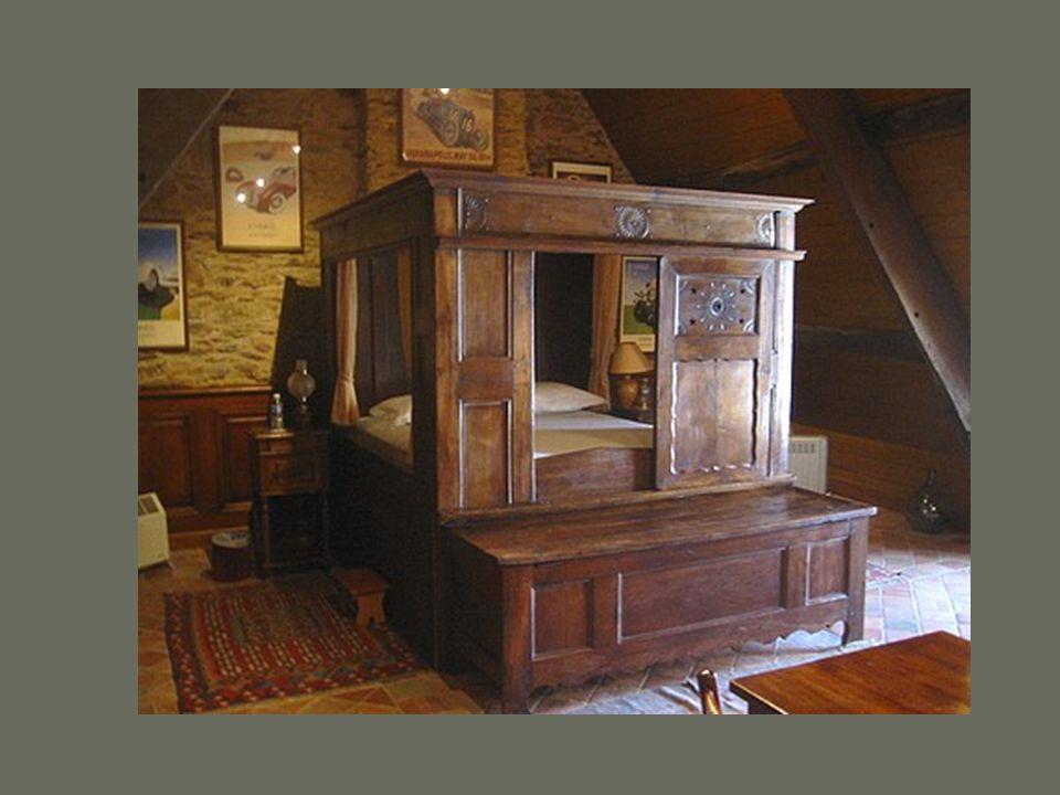 Typique des fabrications bretonnes depuis le Moyen Âge, ce lit clos est conçu comme une armoire à deux étages. Tous sont généralement situés dans la p
