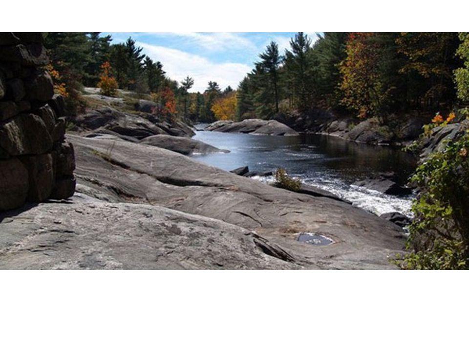 Bouclier Canadien Les roches ont quatre milliards dannées Avant, des volcans en activité Les régions autour du bouclier se sont formés grâce aux eaux courantes qui transportaient du matériel La plus grande partie du Canada