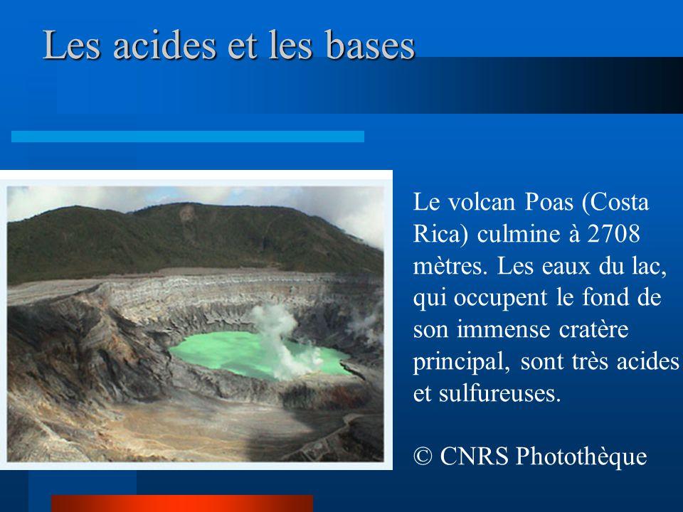 Les acides et les bases Le volcan Poas (Costa Rica) culmine à 2708 mètres. Les eaux du lac, qui occupent le fond de son immense cratère principal, son
