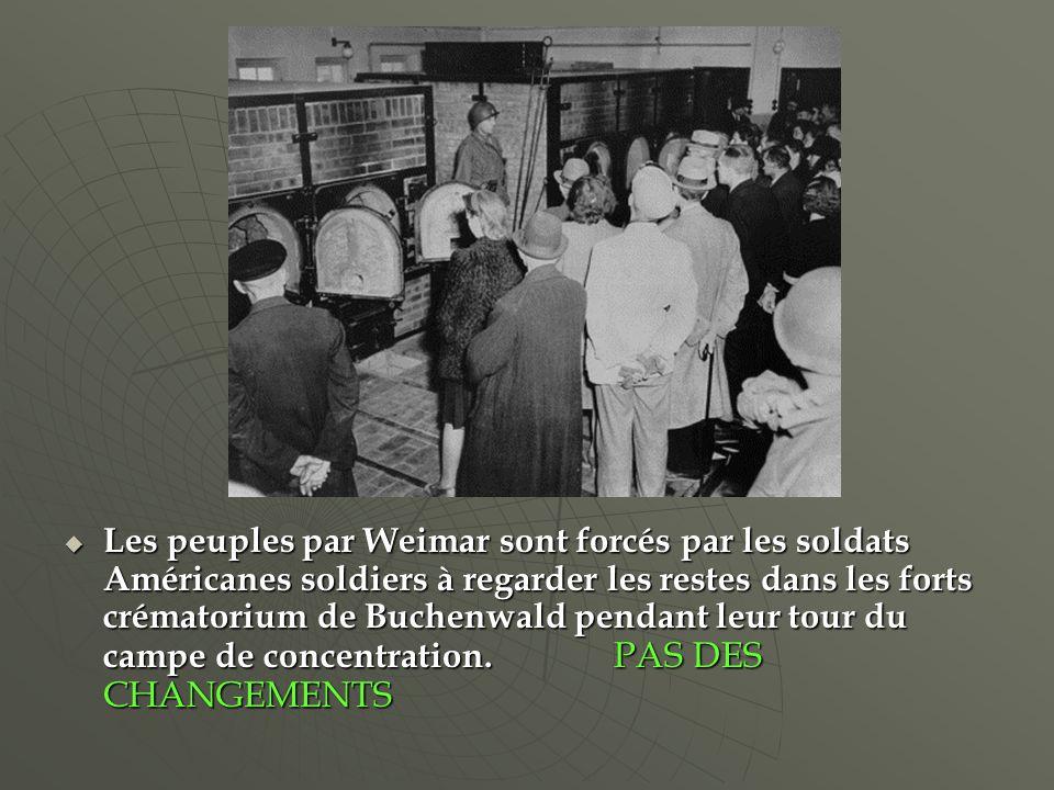 Les peuples par Weimar sont forcés par les soldats Américanes soldiers à regarder les restes dans les forts crématorium de Buchenwald pendant leur tour du campe de concentration.