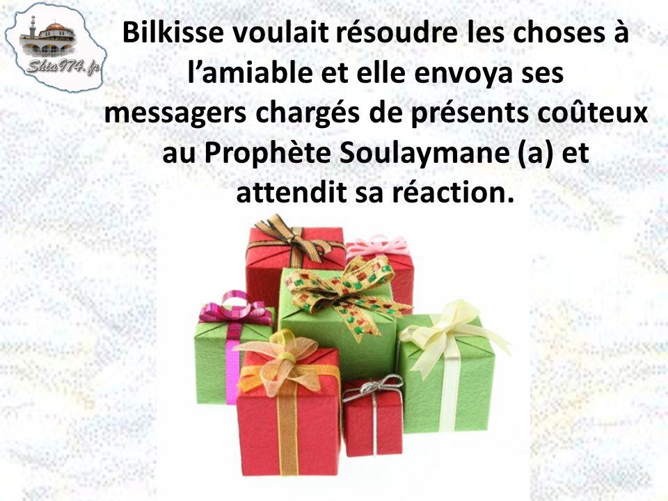 Bilkisse voulait résoudre les choses à lamiable et elle envoya ses messagers chargés de présents coûteux au Prophète Soulaymane (a) et attendit sa réa