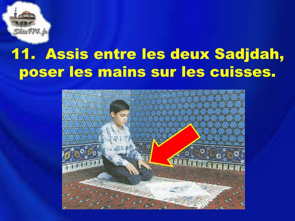 11. Assis entre les deux Sadjdah, poser les mains sur les cuisses.
