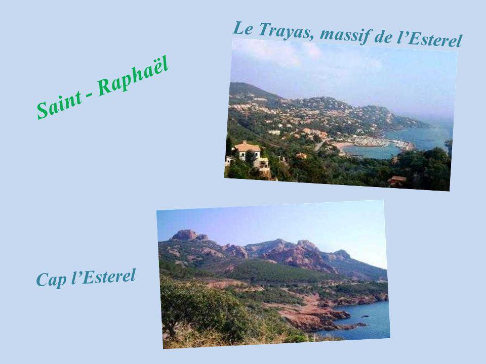 Le village F r é j u s Entrée de lÉvêché Le massif de lEsterel Fréjus LAmphithéâtre romain