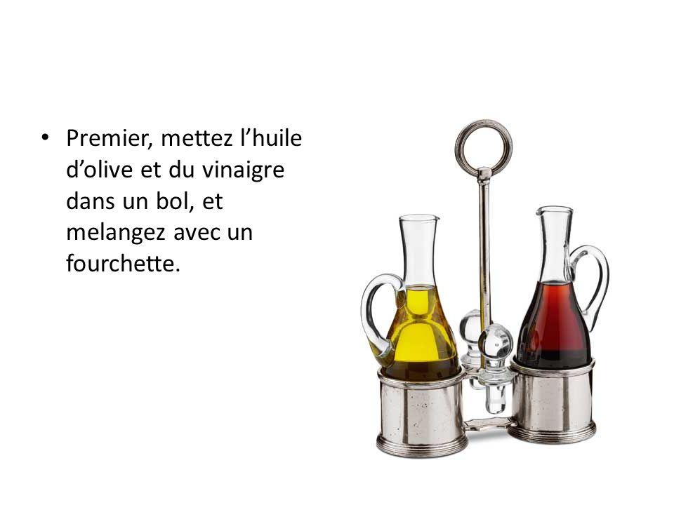 Premier, mettez lhuile dolive et du vinaigre dans un bol, et melangez avec un fourchette.