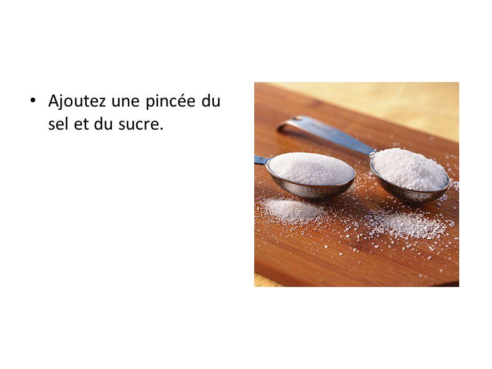 Ajoutez une pincée du sel et du sucre.