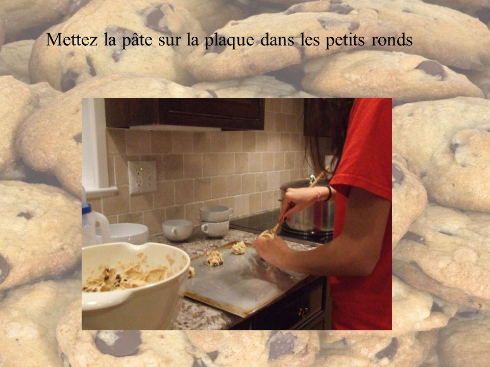 Mettez la pâte sur la plaque dans les petits ronds