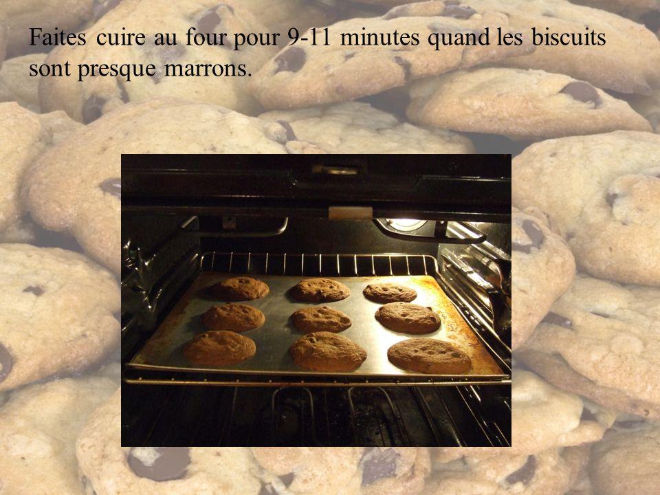 Faites cuire au four pour 9-11 minutes quand les biscuits sont presque marrons.