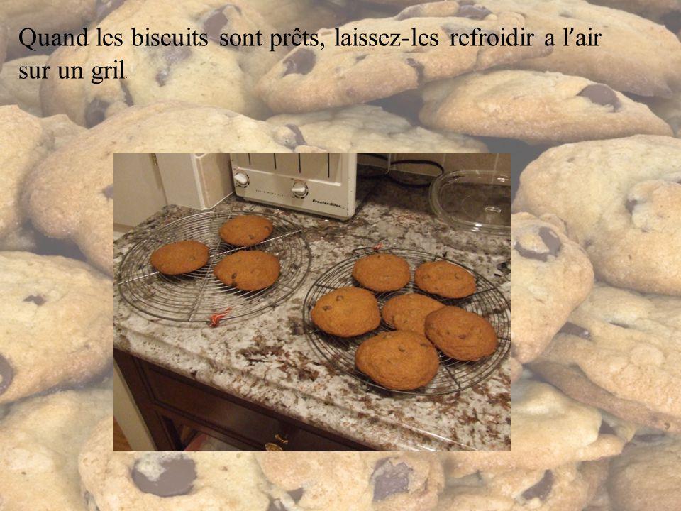 Quand les biscuits sont prêts, laissez-les refroidir a l air sur un gril.