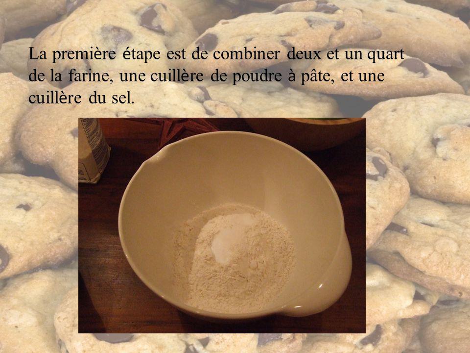 La premi è re é tape est de combiner deux et un quart de la farine, une cuill è re de poudre à pâte, et une cuill è re du sel.