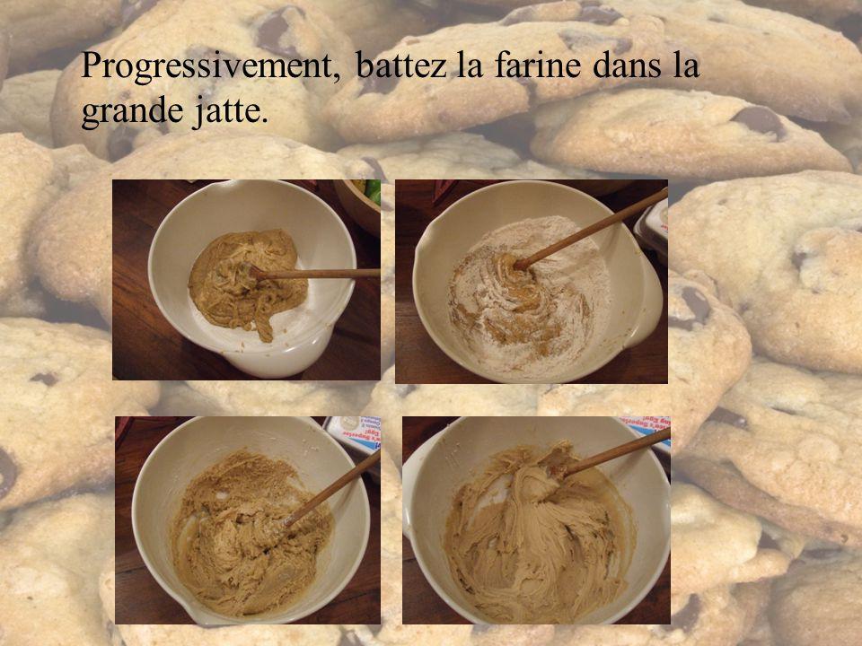 Progressivement, battez la farine dans la grande jatte.