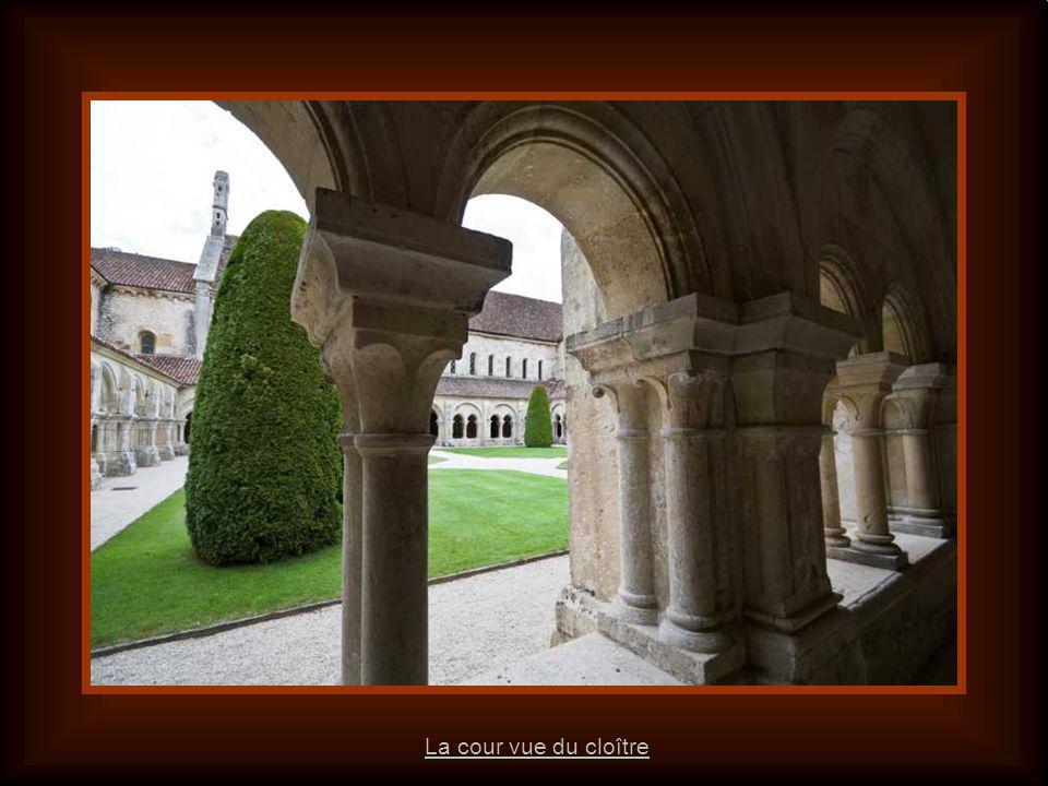 Le cloître est une galerie couverte encadrant la cour du monastère.