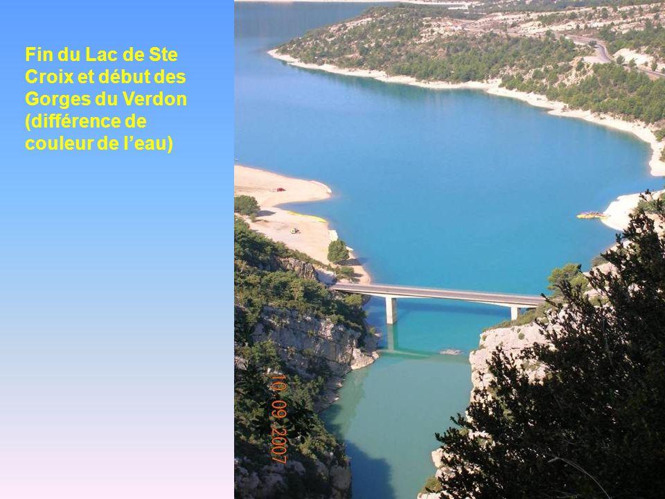 Fin du Lac de Ste Croix et début des Gorges du Verdon (différence de couleur de leau)