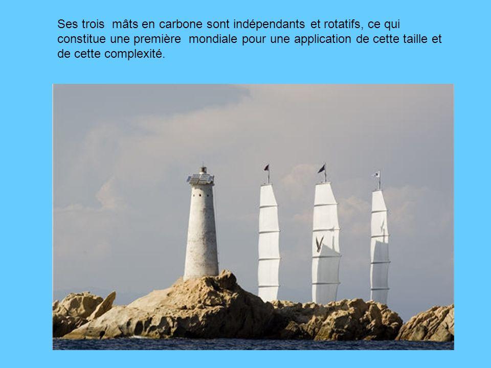 Ses trois mâts en carbone sont indépendants et rotatifs, ce qui constitue une première mondiale pour une application de cette taille et de cette complexité.
