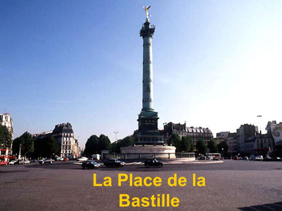 la petite réplique parisienne de la gigantesque statue de la liberté offerte par la France aux Etats Unis