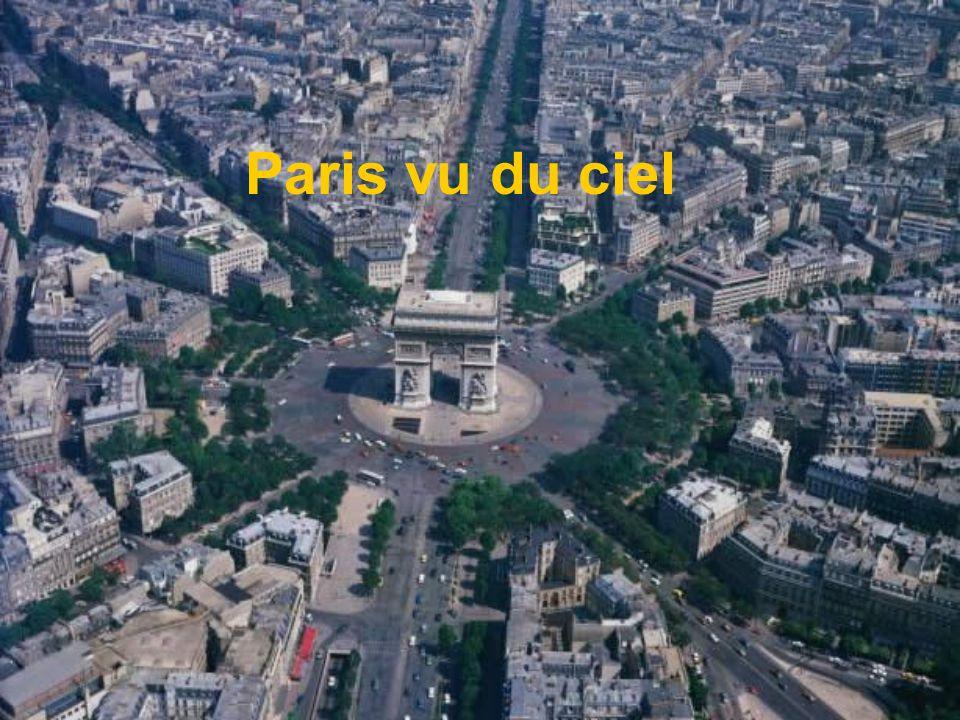 Le Panthéon Le Panthéon est un monument situé sur la Montagne Sainte-Geneviève, au cœur du quartier Latin de Paris.