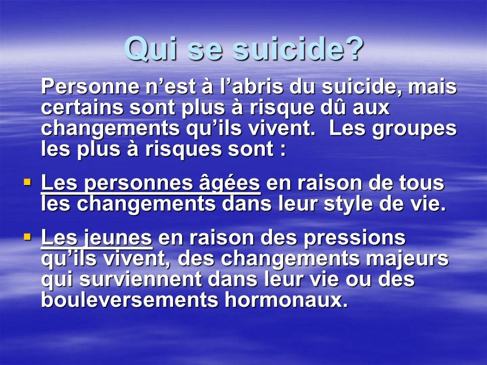 Qui se suicide? Personne nest à labris du suicide, mais certains sont plus à risque dû aux changements quils vivent. Les groupes les plus à risques so