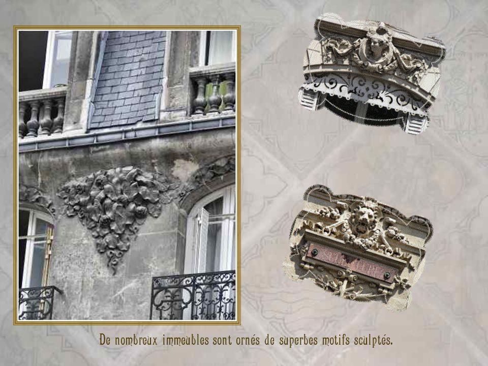 Devant la basilique, se trouvent des sarcophages des époques gallo-romaine (IIIe siècle après J.C) et mérovingienne (VIIe siècle après J.C). Ci-dessus