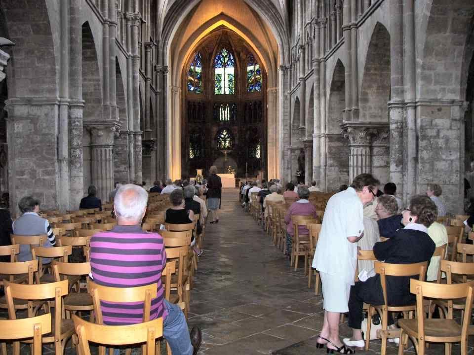 Léglise Saint-Jacques est la seule église paroissiale médiévale restant à Reims. Elle fut élevée en 1190. Lensemble du chevet a été entièrement recons