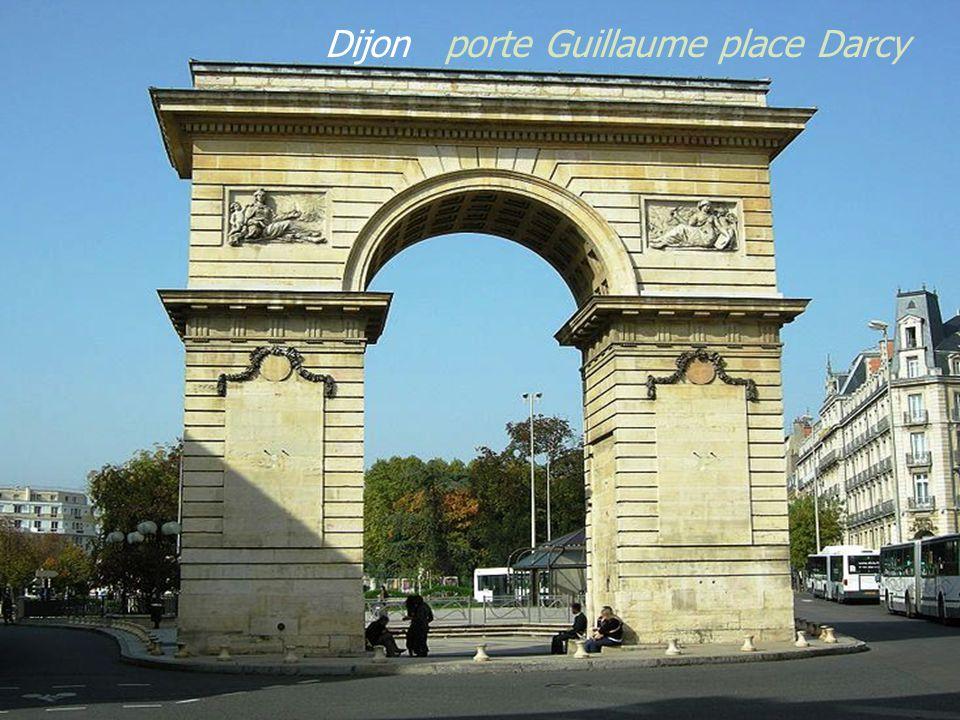 Place de la libération, palais des Ducs de Bourgogne et Hôtel de Ville. Plaque sur le Palais des Ducs de Bourgogne D i j o n