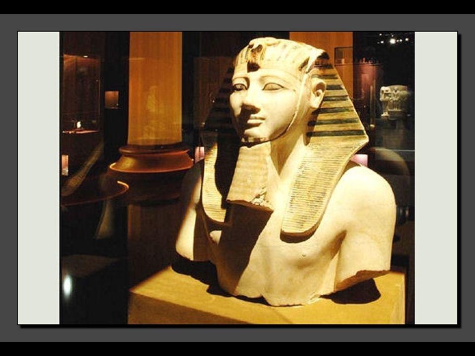 Il est arrivé que les reines assument le pouvoir personnellement. Ainsi, Hatchepsout, reine mariée à son demi-frère, le Pharaon Thoutmosis II, monte s