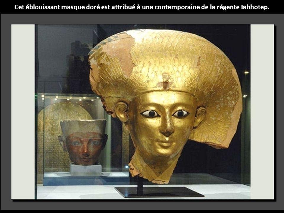 Les reines portaient cette couronne particulière, dite couronne neret, qui représente un vautour à la tête dressée et qui est un attribut des dieux.