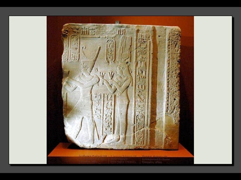Le rôle religieux de la reine l'amenait à réaliser des offrandes aux Dieux. Ici, Cléopâtre aux côtés de Ptolémée VIII est représentée avec les attribu