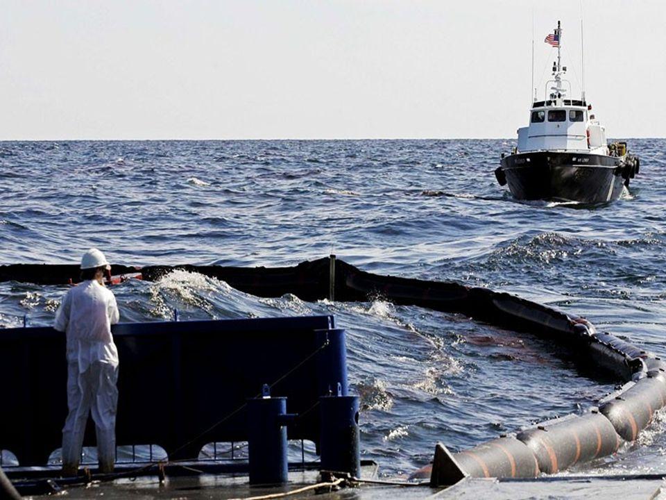 Un bateau récupère le pétrole qui s'est échappé de la plateforme