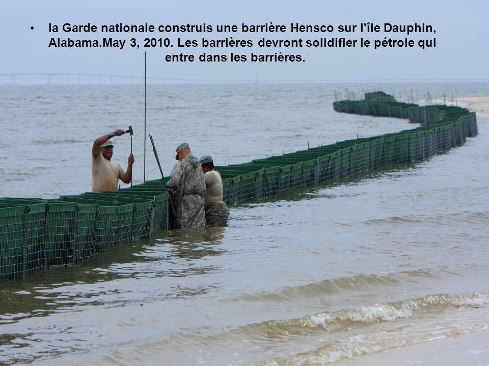 la Garde nationale construis une barrière Hensco sur l île Dauphin, Alabama.May 3, 2010.
