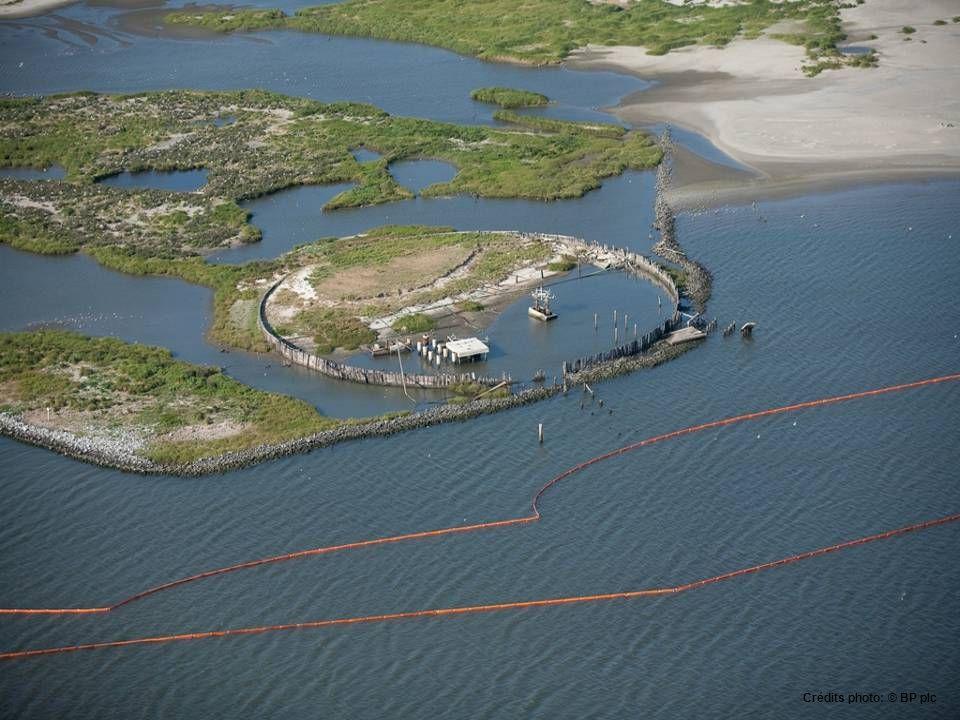 la Garde nationale construis une barrière Hensco sur l'île Dauphin, Alabama.May 3, 2010. Les barrières devront solidifier le pétrole qui entre dans le