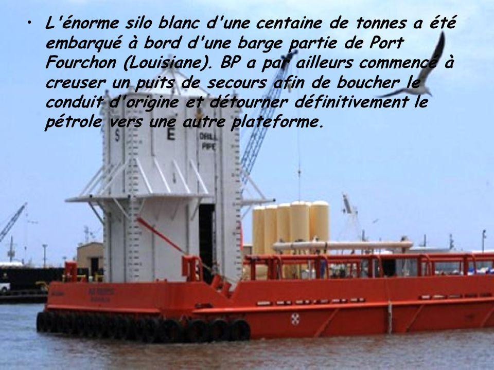 L énorme silo blanc d une centaine de tonnes a été embarqué à bord d une barge partie de Port Fourchon (Louisiane).