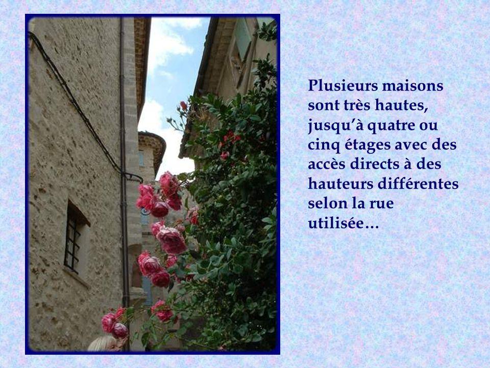 On y découvre de très belles portes des XVII et XVIIIe siècle.