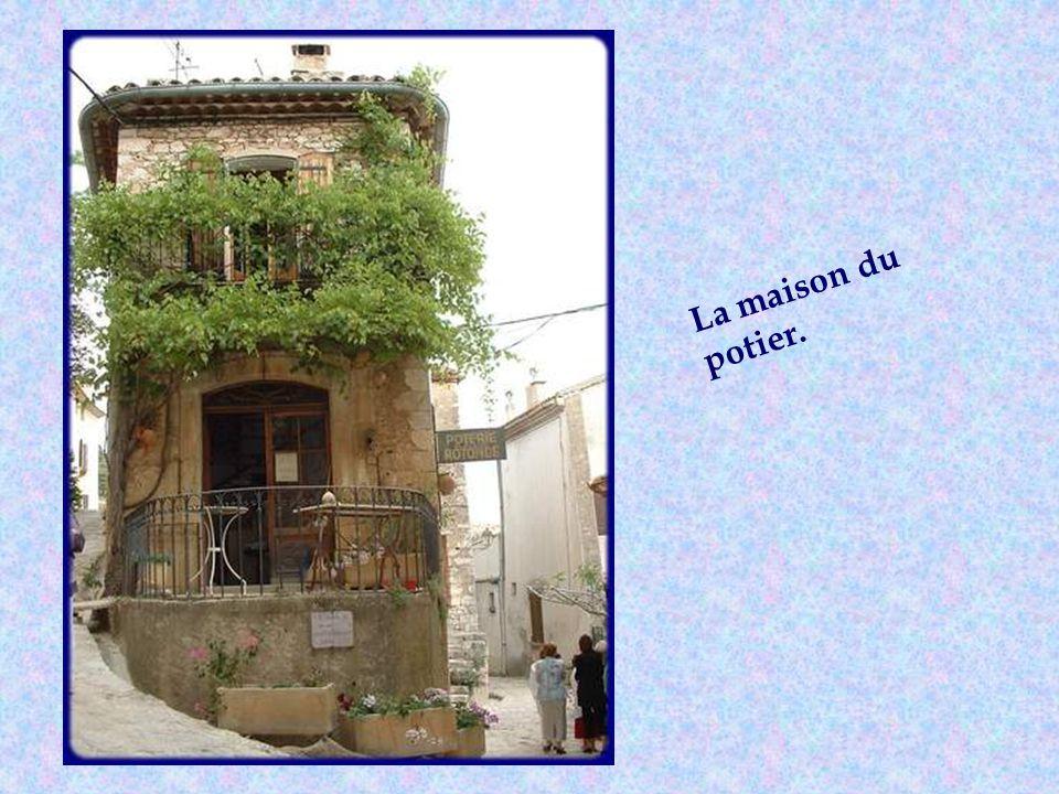 Ce clocher date de 1585. Durant la Renaissance, plusieurs familles de verriers, venant dItalie, sinstallèrent dans ce village dont les célèbres Ferrie
