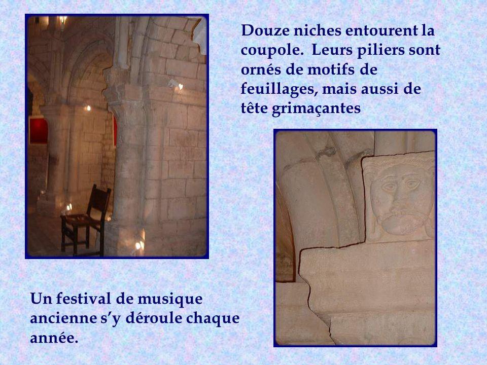 A létage du donjon, lon découvre une magnifique salle romane.