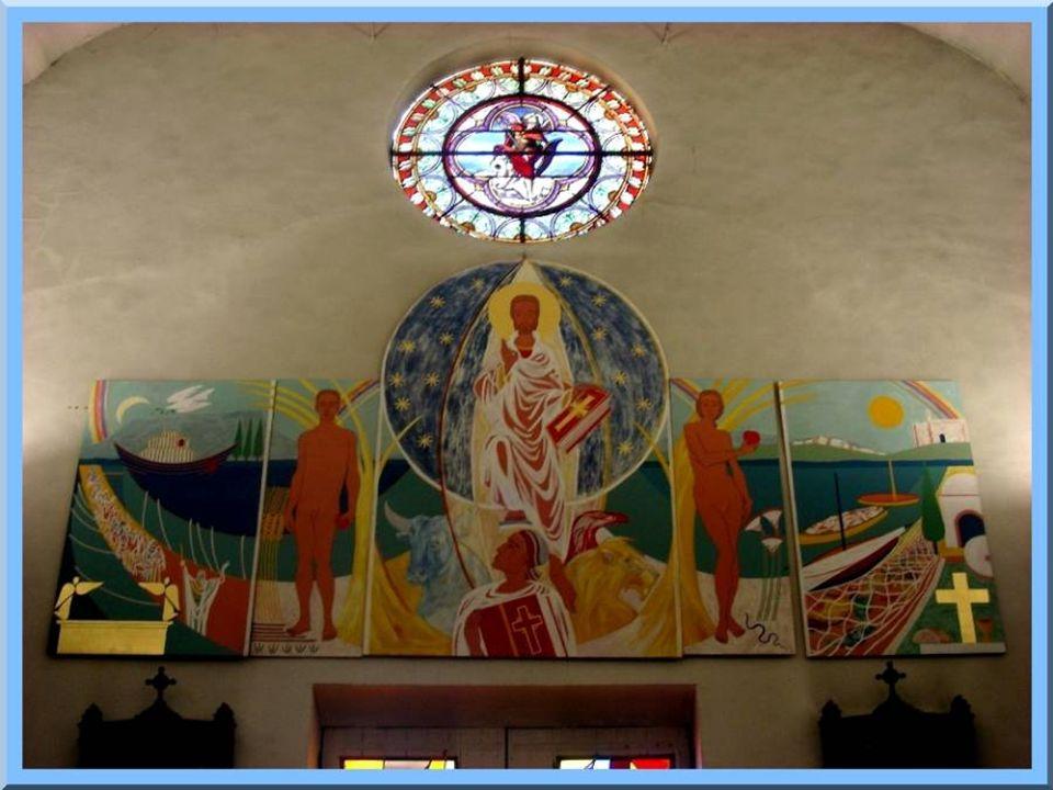 Lancienneté du Chemin de Croix contraste avec le vitrail moderne du chœur et les tableaux ornant le fond de ce lieu de culte.