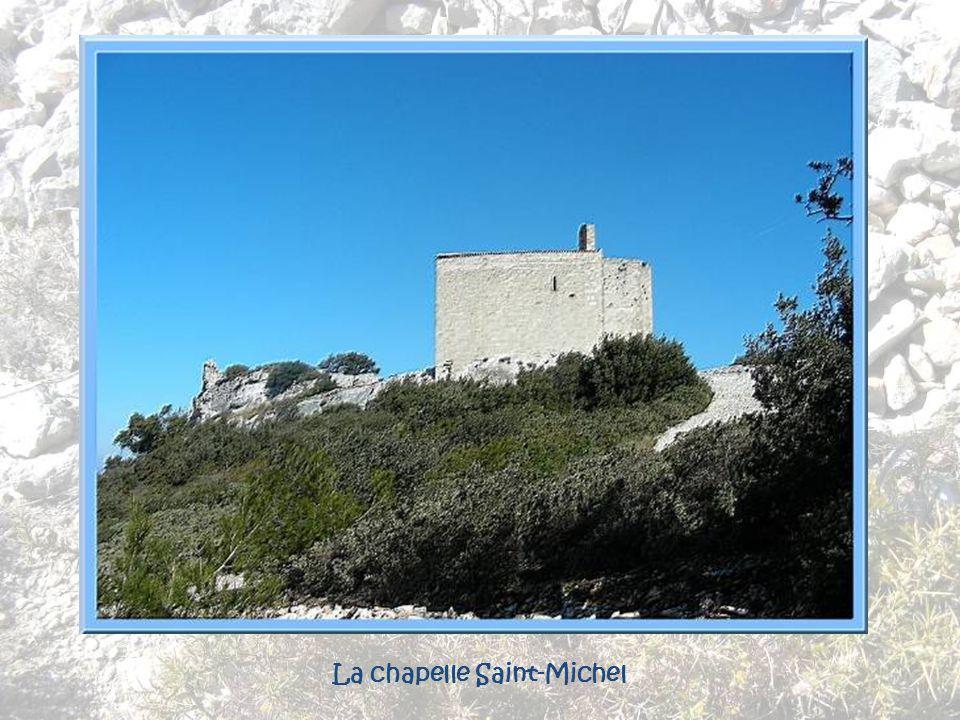 Ce serait en 1202 que le commandeur Ismidion de Cordolan aurait construit la chapelle, massive, bien dans le style dun édifice de défense. Elle fut da