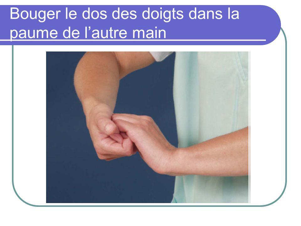 Bouger le dos des doigts dans la paume de lautre main