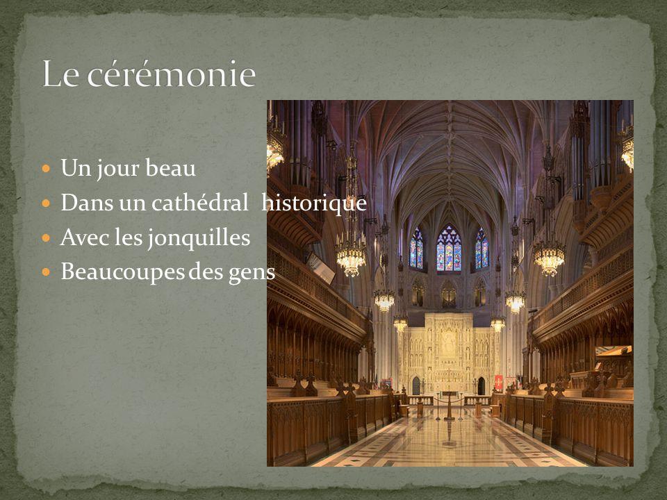 Un jour beau Dans un cathédral historique Avec les jonquilles Beaucoupes des gens