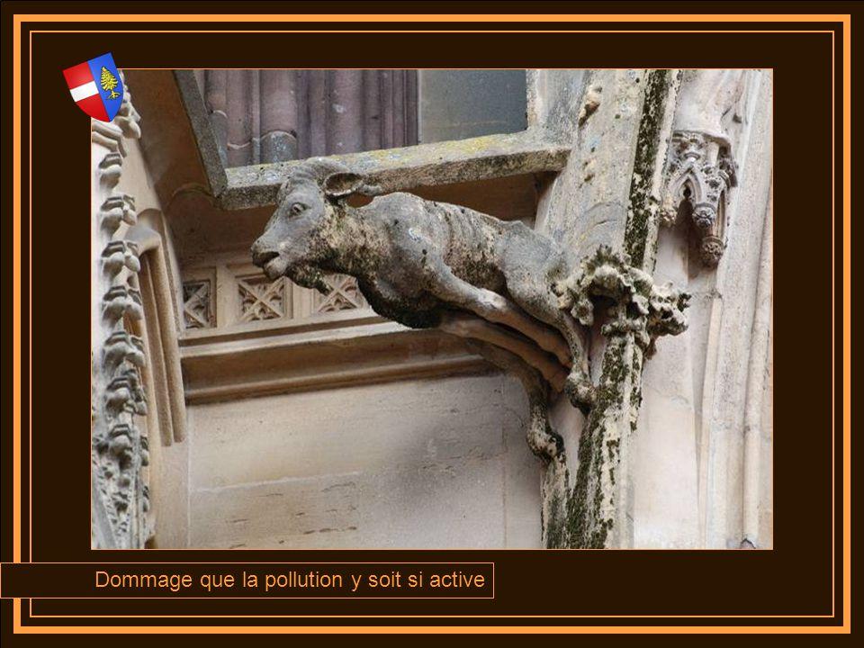 Facéties des sculpteurs de pierre ou signature des maîtres dœuvres, sur lencadrement de fenêtre se trouve quatre petites sculptures ironiques sensées