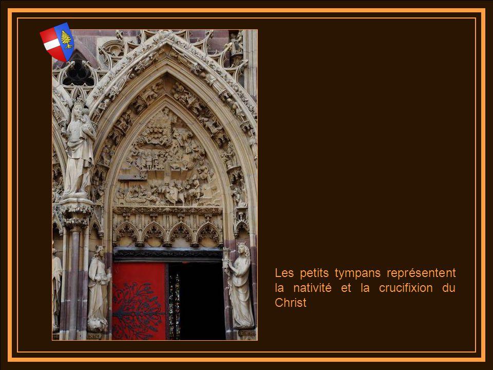 Sur la façade principale deux contreforts encadrent un portail à trois tympans surmontés dune rosace il est haut de 15 mètres et large de 8 mètres il