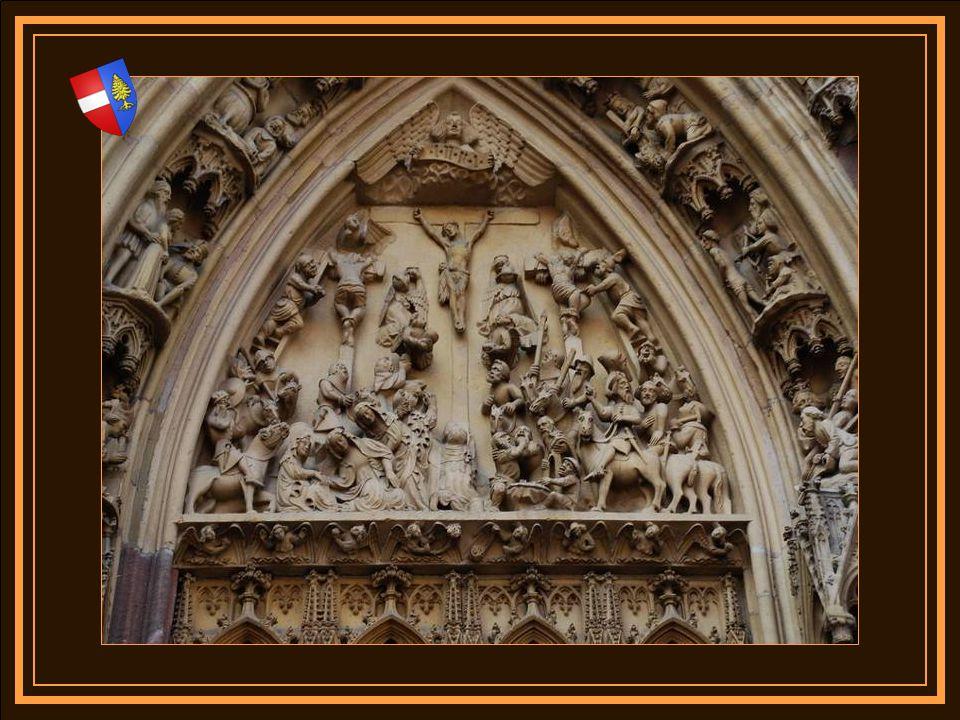 Entre les deux portes une magnifique représentation de la vierge Marie réalisée entre 1360 et 1380