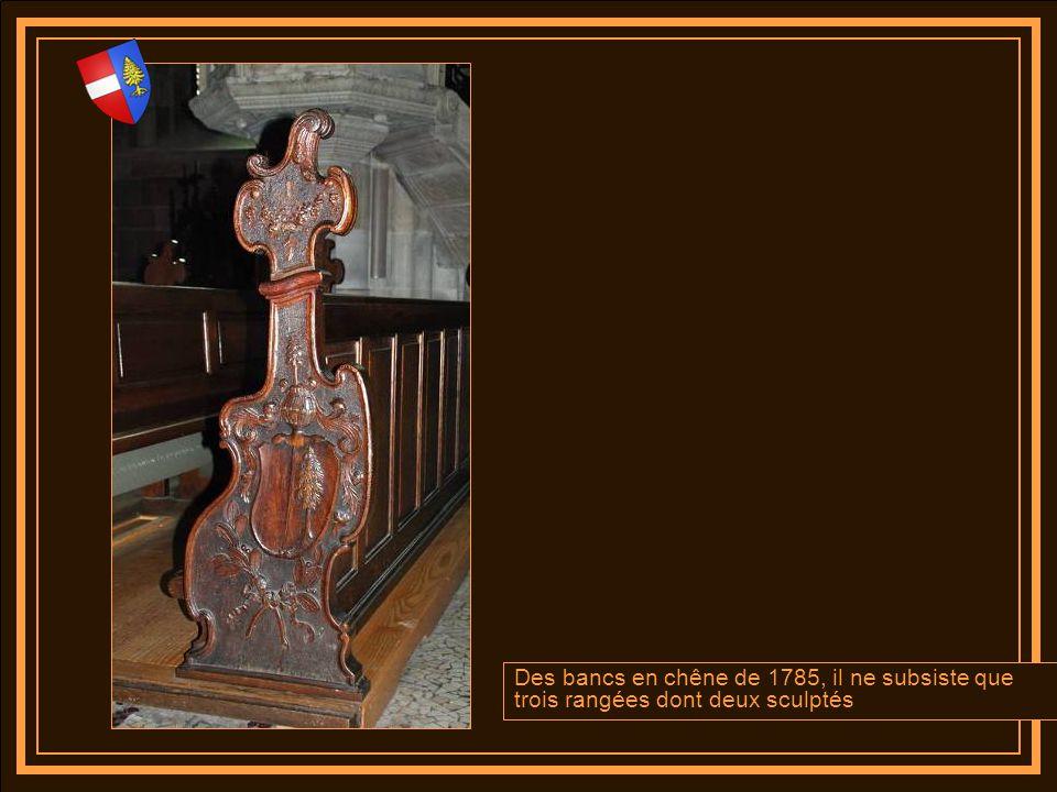 Deux bénitiers en bronze magnifiquement ouvragés accueil les fidèles à lentrée de la collégiale ….