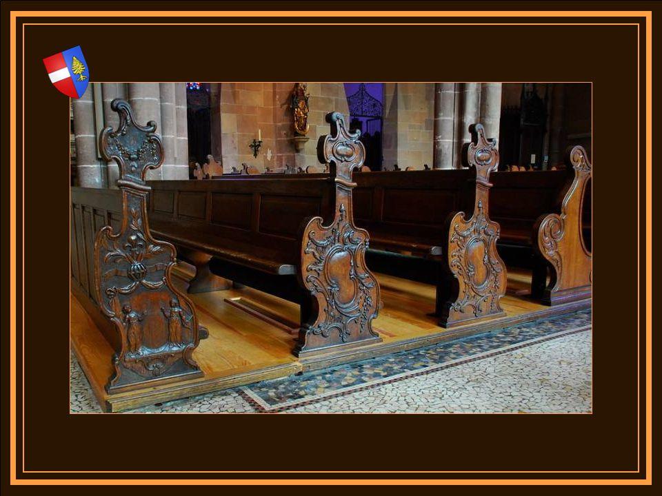Des bancs en chêne de 1785, il ne subsiste que trois rangées dont deux sculptés