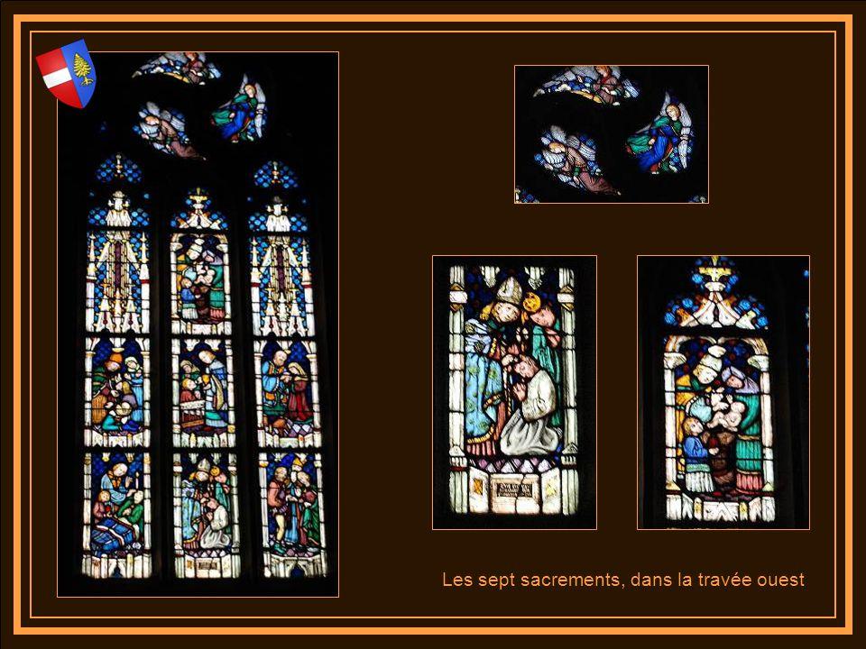 Les vitraux de la collégiale haut de 15 mètres ont été mis en place en 1423, entre les vitraux se trouve les statues des douze apôtres