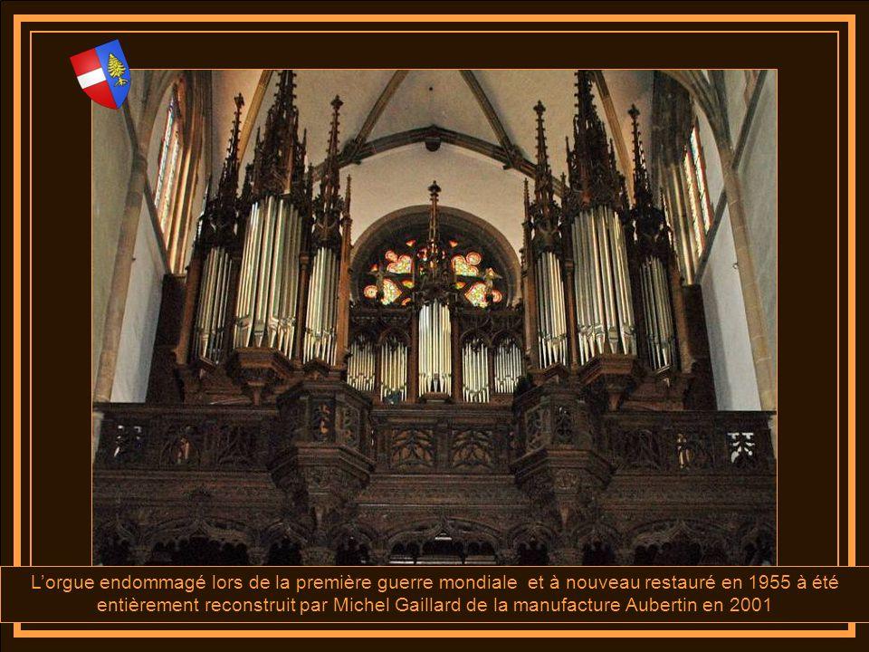 La double tribune de lorgue (ce dernier est un véritable chef dœuvre débénisterie) a été réalisé en 1885 pour accueillir le nouvel orgue de la manufac