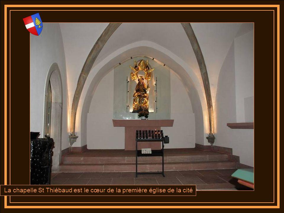 A gauche de lautel de St Joseph un émouvant christ en bois polychrome des années 1420 qui porte sa croix,