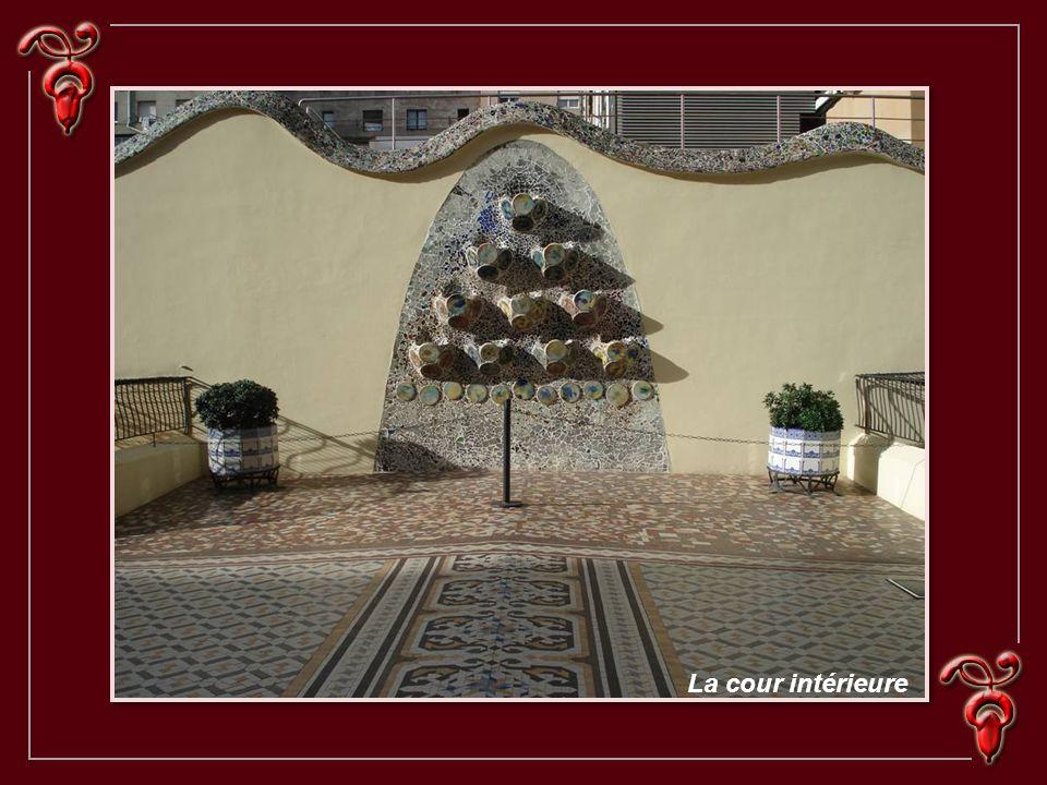 Œuvre de Gaudi Sur la céramique et les verres multicolores de la partie supérieure, s avancent des balcons de fer en forme de masques vénitiens.